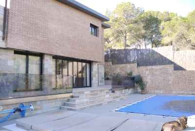 Big house with a swimming pool 80 km from Barcelona